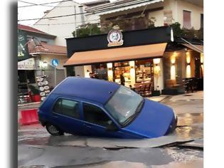 Φωτογραφία για Λευκάδα: Ο δρόμος «κατάπιε» αυτοκίνητο στη Γολέμη (φωτο)