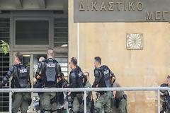 Άγρια συμπλοκή Ρομά σε δικαστική αίθουσα – Τραυματίστηκε αστυνομικός