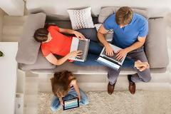 Διαδικτυωμένα 8 στα 10 νοικοκυριά - Τι ψάχνουν οι Ελληνες στο ίντερνετ