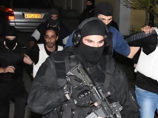 Φωτογραφία για Στον εισαγγελέα οι τρομοκράτες - Δείτε το βίντεο με τη μεταγωγή