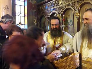 Φωτογραφία για Ευλόγησον… Στα ΠΑΛΙΑΜΠΕΛΑ Βόνιτσας λειτούργησε ο ηγούμενος της Ιεράς Μονής Εσφιγμένου Αγίου Όρους Γέροντας Βαρθολομαίος - [ΦΩΤΟ: Στέλλα Λιάπη]