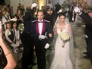 Φωτογραφία για Παντρεύτηκε ο Διοικητής του Α.Τ. Αστακού Γιάννης Μπέσσας. Εντυπωσιακός ο γάμος με τα ξίφη... των Αστυνομικών!!