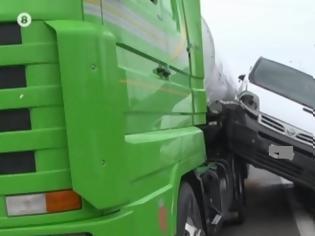 Φωτογραφία για Τροχαίο στην Εγνατία: Αυτοκίνητο «σφηνώθηκε» ανάμεσα στο διαχωριστικό του δρόμου και βυτιοφόρο