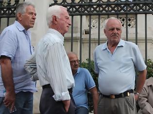 Φωτογραφία για Επικουρικές: «Έκλεψαν» έως 300 ευρώ τον μήνα σε 300.000 συνταξιούχους το 2016