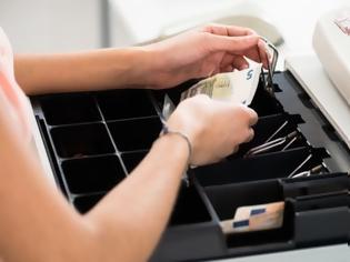 Φωτογραφία για ΑΑΔΕ: Κύκλωμα «έσβηνε» αποδείξεις με παράνομο λογισμικό - Εμπλέκονται πάνω από 100 επιχειρήσεις