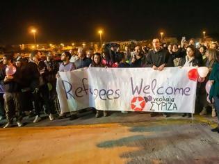 Φωτογραφία για Ο ΣΥΡΙΖΑ υποδέχτηκε «με ανοιχτή αγκαλιά» τους μετανάστες στο λιμάνι [εικόνες]