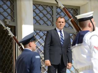 Φωτογραφία για Ένας Υπουργός Άμυνας χωρίς φθορά!
