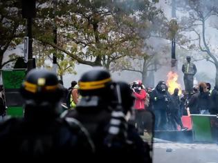 Φωτογραφία για «Κίτρινα Γιλέκα» - Πεδίο μάχης το Παρίσι, εκατοντάδες συλλήψεις και πόλεμος με τους αστυνομικούς