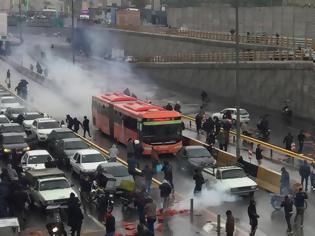Φωτογραφία για Κόλαση στο Ιράν: Η αύξηση της τιμής της βενζίνης έβγαλε τον κόσμο στους δρόμους