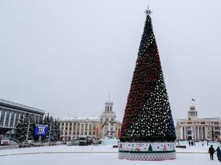 Φωτογραφία για Το πανάκριβο χριστουγεννιάτικο δέντρο που σκανδαλίζει