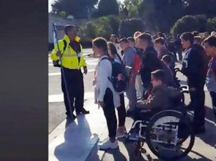 Φωτογραφία για Δάσκαλος - «λοχαγός» έβαλε παιδιά Δημοτικού να «χτυπούν προσοχή» στον Άγνωστο Στρατιώτη (βίντεο)
