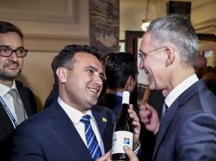 Φωτογραφία για Ζάεφ: Έκανε δώρο ένα μπουκάλι «μακεδονικό» κρασί στον Γενικό Γραμματέα του ΝΑΤΟ