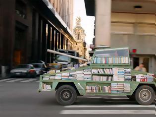 Φωτογραφία για Όπλο μαζικής διδασκαλίας: Καλλιτέχνης κατασκευάζει ένα τανκ που παραδίδει δωρεάν βιβλία