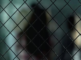Φωτογραφία για Έγδυσαν και έψαξαν 8χρονο κορίτσι για να δει τον φυλακισμένο πατέρα της