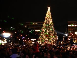 Φωτογραφία για Χριστούγεννα 2019: Φωταγωγήθηκε το δένδρο στην πλατεία Συντάγματος