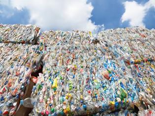 Φωτογραφία για Τα πλαστικά σκοτώνουν. Κάθε άνθρωπος τρώει 5 γραμμάρια πλαστικό την εβδομάδα.
