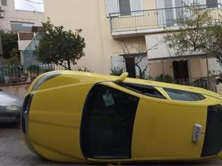 Φωτογραφία για Υμηττός: Ταξί τούμπαρε στη μέση του δρόμου