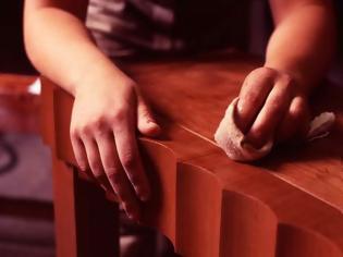 Φωτογραφία για ΚΑΤΑΣΚΕΥΕΣ - Πώς να καλύψετε εύκολα τις γρατζουνιές στα ξύλινα έπιπλα