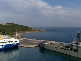 Φωτογραφία για Στο λιμάνι Μυτιλήνης το αρματαγωγό Ικαρία για πρόσφυγες