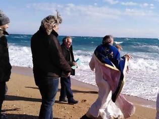 Φωτογραφία για Κεφαλονιά: Ο αέρας πήρε τον ιερέα στον Αγιασμό των υδάτων