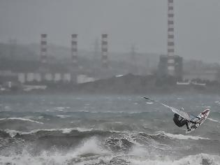 Φωτογραφία για Ηφαιστίων: Θαρραλέος άνδρας αγνοεί την κακοκαιρία και κάνει... windsurfing στο Λαύριο!