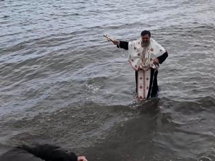 Φωτογραφία για Θεοφάνεια: Δεν βούτηξε κανένας και έπεσε ο παπάς για το Σταυρό