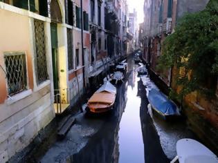 Φωτογραφία για Απίστευτες εικόνες στη Βενετία: Στέγνωσαν τα κανάλια της (pics)