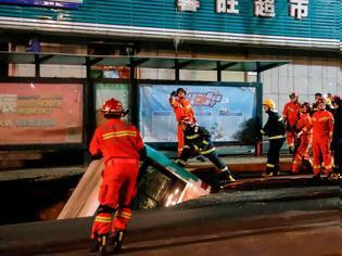 Φωτογραφία για Τρύπα στο δρόμο «κατάπιε» λεωφορείο - 6 νεκροί -  βίντεο από τη στιγμή του δυστυχήματος
