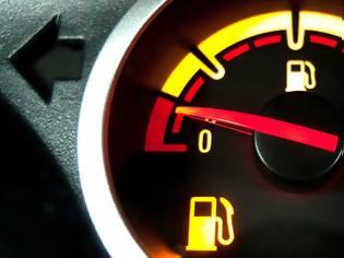 Φωτογραφία για Αγνοήσατε το λαμπάκι της βενζίνης και «μείνατε»; Μην πανικοβάλλεστε - Να τι πρέπει να κάνετε