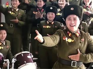 Φωτογραφία για Ο Κιμ Γιονγκ Ουν και οι... στρατιωτίνες του: Αλλόκοτο βίντεο με τραγούδια, βόλεϊ και ζητωκραυγές