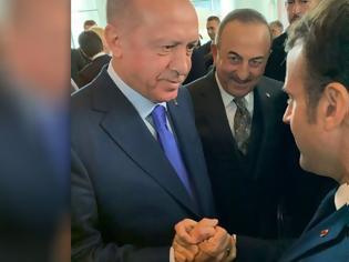 Φωτογραφία για Διάσκεψη για τη Λιβύη: Η στιγμή της χειραψίας Ερντογάν - Μακρόν και το...κόλλημα του Τζόνσον στο αυτοκίνητο