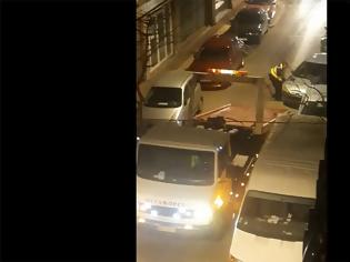 Φωτογραφία για ΒΙΝΤΕΟ.Σήκωσαν στα χέρια αυτοκίνητο που έκλεινε την είσοδο πολυκατοικίας