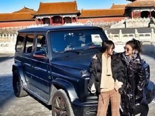 Φωτογραφία για Οργή στην Κίνα για τις τουρίστριες που βάρβαρα πάρκαραν το SUV τους