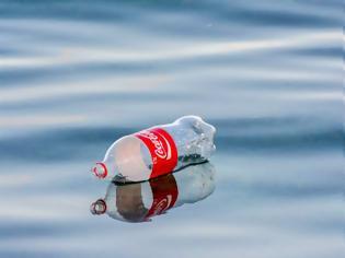Φωτογραφία για ΗΠΑ: Η Coca-Cola δεν καταργεί τα πλαστικά μπουκάλια
