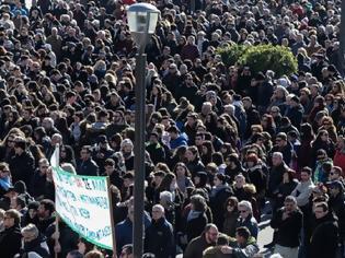 Φωτογραφία για Βόρειο Αιγαίο: Μαζικές συγκεντρώσεις, απεργία και «λουκέτο» για το μεταναστευτικό