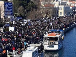 Φωτογραφία για «Βούλιαξαν» Λέσβος, Χίος, Σάμος - Μεγάλες διαδηλώσεις ενάντια στις νέες δομές μεταναστών