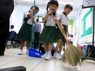 Φωτογραφία για Τα παιδιά στην Ιαπωνία καθαρίζουν τα ίδια το σχολείο τους