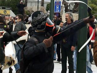 Φωτογραφία για Επιχείρηση της Αντιτρομοκρατικής στα Εξάρχεια: Συνελήφθη ο τοξοβόλος του Συντάγματος