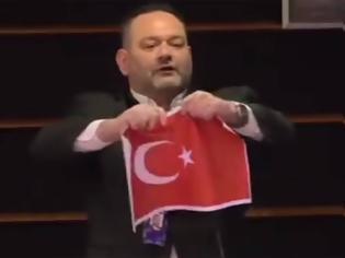 Φωτογραφία για Ο Γιάννης Λαγός έσκισε την τουρκική σημαία στο Ευρωκοινοβούλιο, οργισμένη απάντηση Τσαβούσογλου