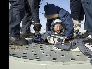 Φωτογραφία για Επέστρεψε στη Γη μετά από 328 ημέρες στο διάστημα η αστροναύτης που έσπασε όλα τα ρεκόρ