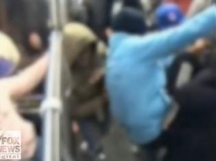 Φωτογραφία για Αποτρόπαιο: Άγριος ξυλοδαρμός 68χρονου από εφήβους στο μετρό - Κανείς δεν αντιδρά