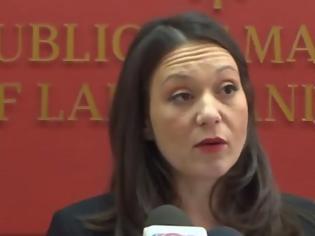 Φωτογραφία για Σκόπια: Αρνείται να αλλάξει την πινακίδα «Δημοκρατία της Μακεδονίας» η υπουργός Εργασίας