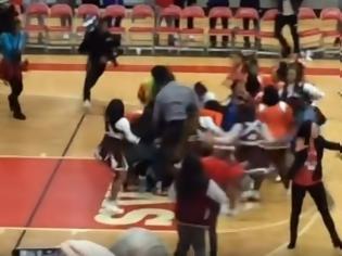 Φωτογραφία για Χαμός: Τσιρλίντερ πιάστηκαν στα χέρια σε αγώνα μπάσκετ (video)