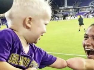 Φωτογραφία για Αθλήτρια χωρίς χέρι συναντά μικρό αγόρι με την ίδια ιδιαιτερότητα (video)