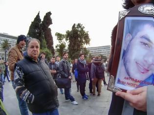 Φωτογραφία για «Στη χώρα των αθώων»: Ο Μίλτος Πασχαλίδης μελοποίησε το ποίημα του Μάνου Ελευθερίου για τον Βαγγέλη Γιακουμάκη