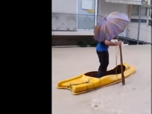 Φωτογραφία για Κακοκαιρία: Βγήκαν… κανό σε πλημμυρισμένους δρόμους στη Ρόδο