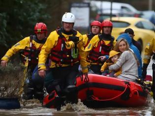 Φωτογραφία για Καταιγίδα «Ντένις»: Η κακοκαιρία σαρώνει τα βόρεια της Βρετανίας - Ακυρώσεις πτήσεων και πλημμυρισμένα σπίτια