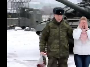 Φωτογραφία για Απίστευτη πρόταση γάμου: Υπολοχαγός παρέταξε τανκς σε σχήμα καρδιάς (video)
