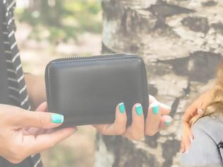 Φωτογραφία για Περίμενε δύο ώρες για να δώσει πίσω το «παραφουσκωμένο» πορτοφόλι που βρήκε