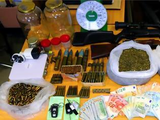 Φωτογραφία για Όπλα, ναρκωτικά ακόμα και αντιαεροπορικά φυσίγγια βρήκαν άνδρες της ΕΛ.ΑΣ
